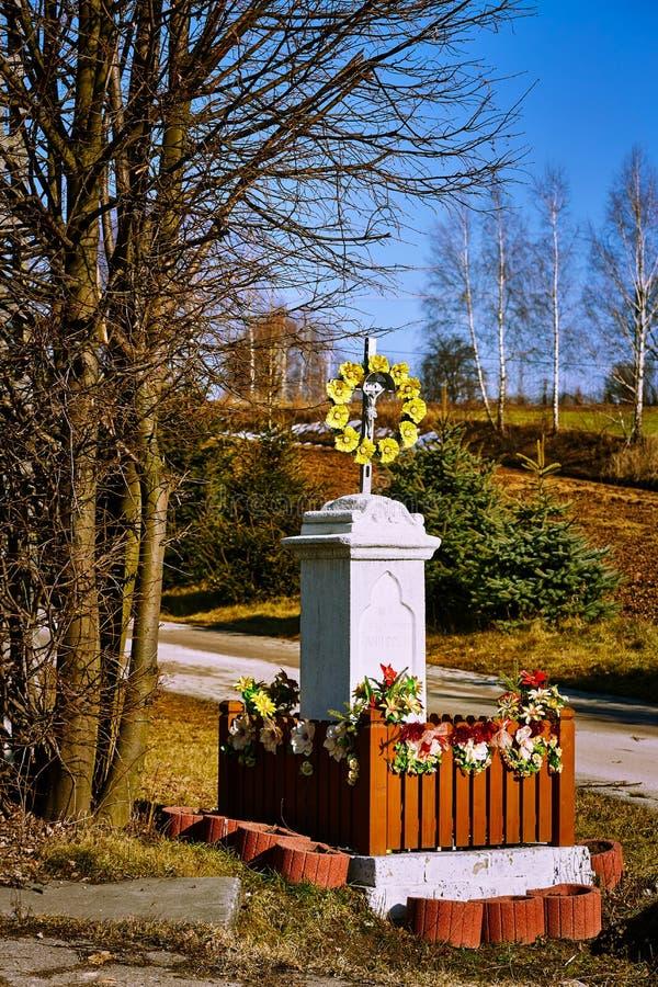 Capilla católica con las flores y las decoraciones amarillas en el fondo del campo y del camino imágenes de archivo libres de regalías