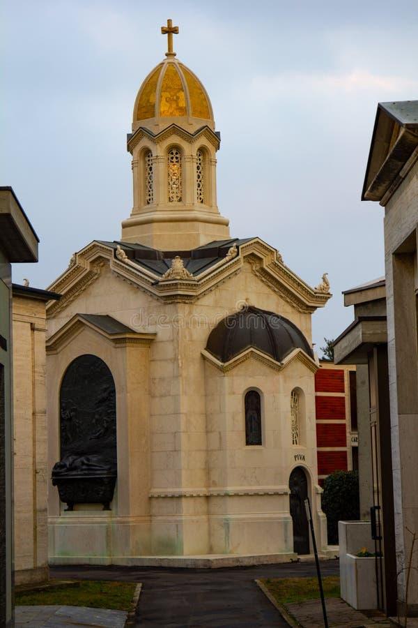 Capilla con cúpula dorada en el cementerio imagen de archivo