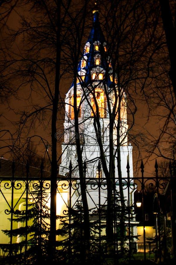 Capilla cristiana detrás de los árboles imágenes de archivo libres de regalías