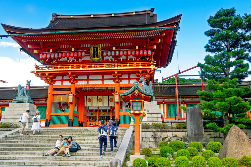 Capilla de Fushimi Inari de la visita de los turistas en Kyoto, Japón fotos de archivo libres de regalías