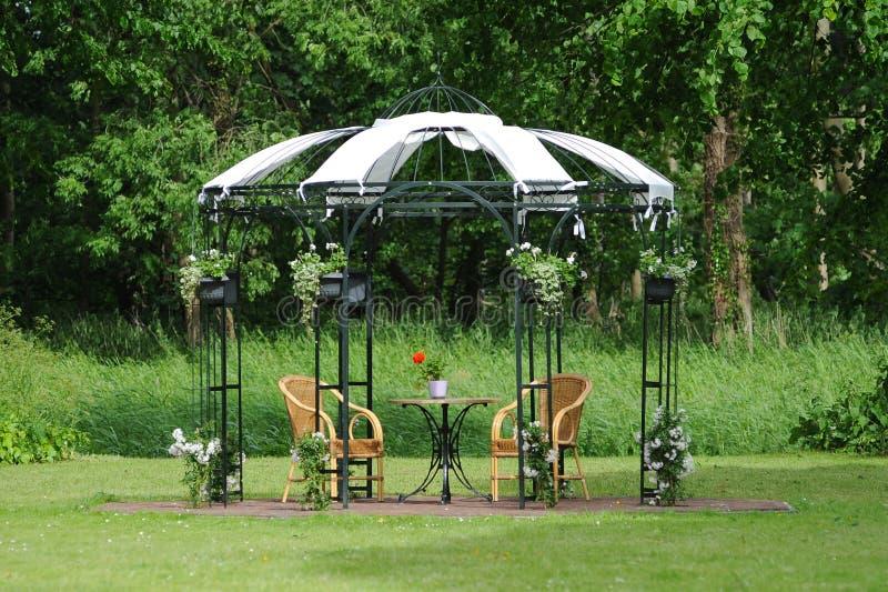 Capilla de la boda en campo fotografía de archivo libre de regalías