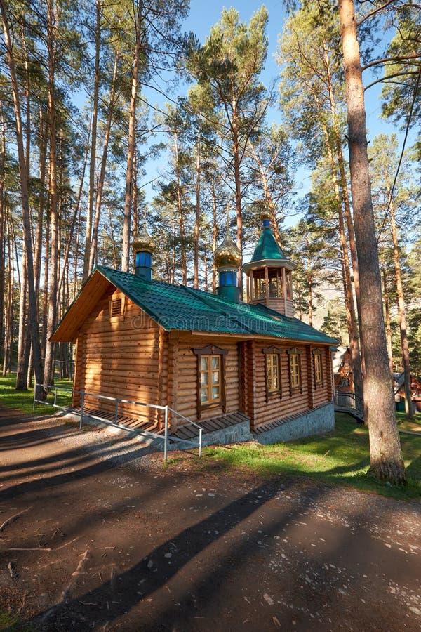 Capilla de madera en bosque del pino en chemal foto de - Maderas del pino ...