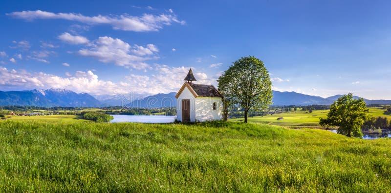 Capilla de Mesnerhaus en el lago Riegsee, Baviera Alemania fotografía de archivo libre de regalías