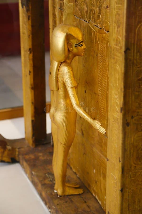 Capilla de oro y diosa protectora - tesoro de rey Tutankhamen, museo egipcio fotos de archivo libres de regalías