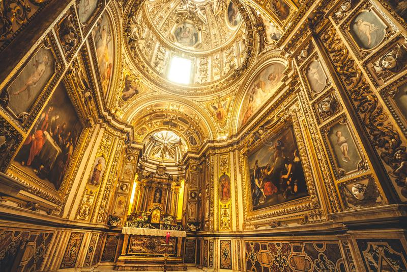 Capilla del sacramento dentro de la catedral de Santa Maria Assunta en el centro histórico de Rieti en Italia imagenes de archivo