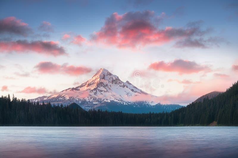 Capilla del soporte que refleja en el lago perdido en la salida del sol, en el soporte Hood National Forest, Oregon imagen de archivo libre de regalías