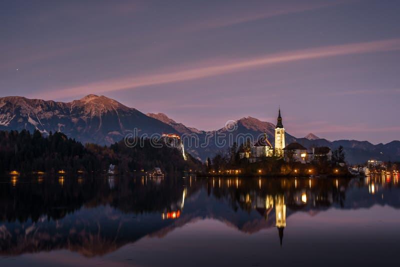 Capilla en el crepúsculo reflejado en agua imagen de archivo libre de regalías