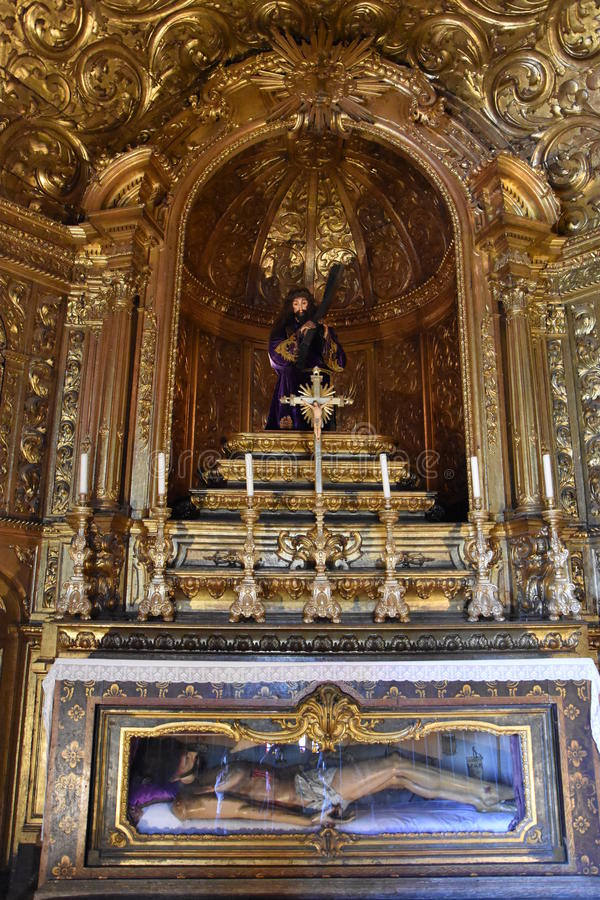 Capilla en el monasterio de Jeronimos en Belem en Lisboa, Portugal imagen de archivo