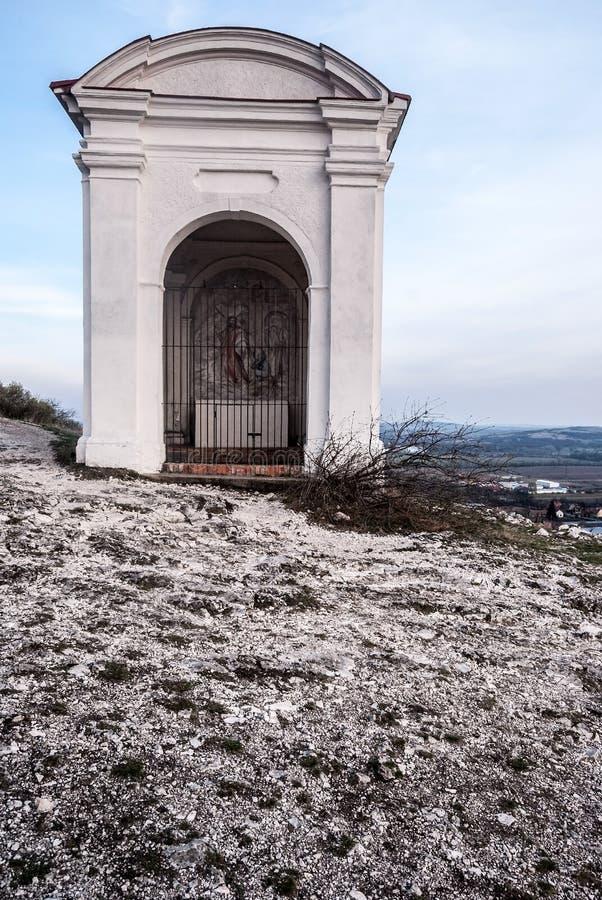 Capilla en las estaciones de la cruz de Mikulov a la colina de Svaty Kopecek en República Checa fotos de archivo libres de regalías