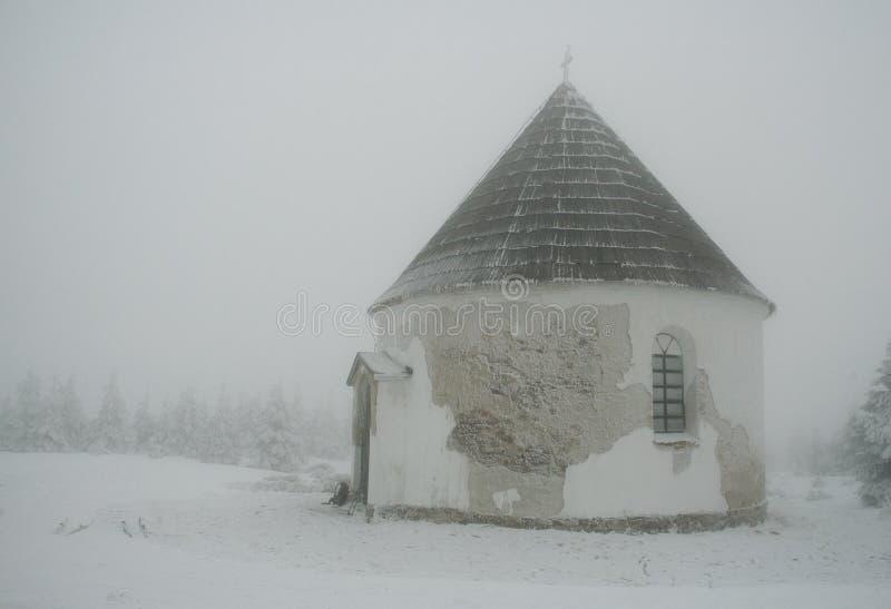Capilla en niebla imagen de archivo