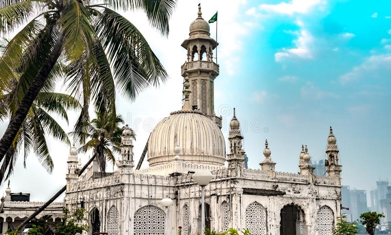 Capilla famosa de Sufi de Pir Haji Ali Shah Bukhari conocida como Haji Ali Dargah Compuesto del mármol en arquitectura Indo-islám fotos de archivo