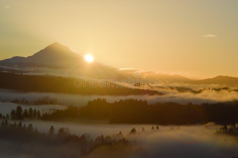 Capilla gloriosa del Mt. en la salida del sol foto de archivo
