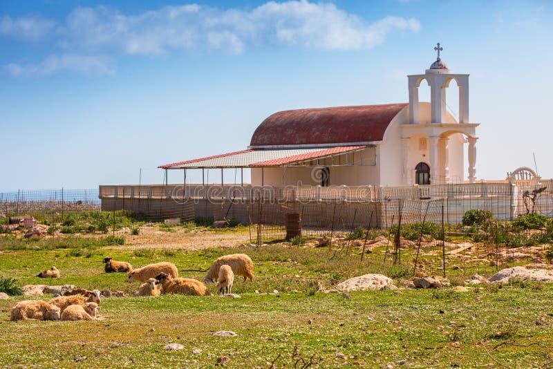 Capilla hermosa en la costa de Creta foto de archivo