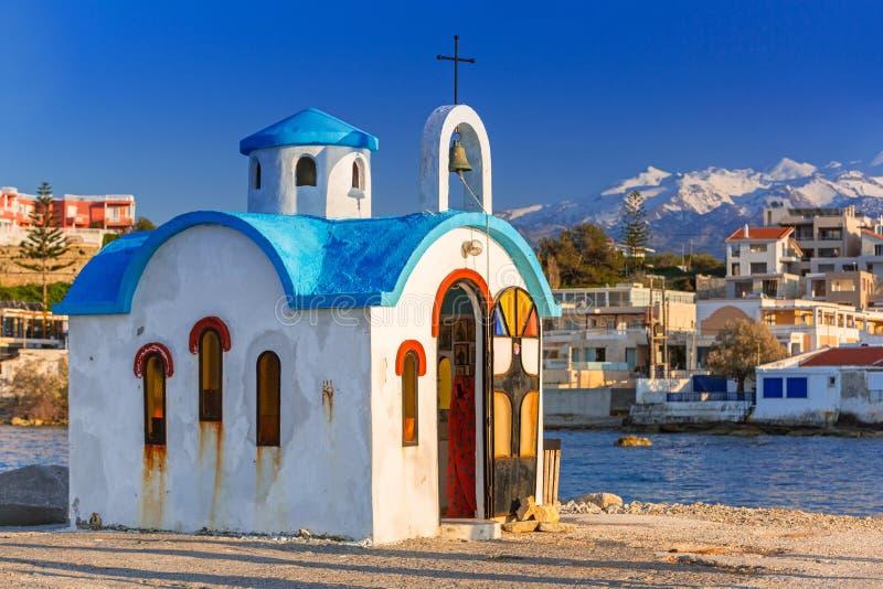 Capilla hermosa en la costa de Kato Galatas en Creta fotos de archivo
