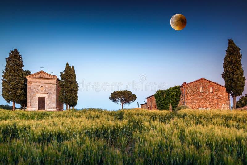 Capilla magnífica de Vitaleta en la puesta del sol con la Luna Llena, Toscana, Italia foto de archivo