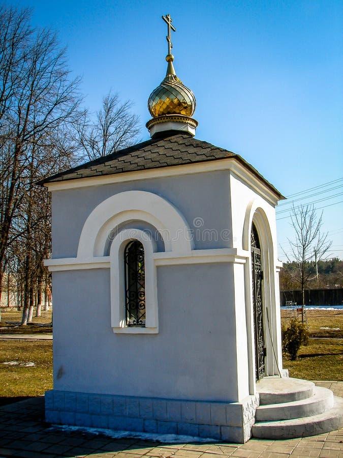 Capilla ortodoxa en el monumento en la ciudad de Yukhnov, región de Kaluga en Rusia fotografía de archivo