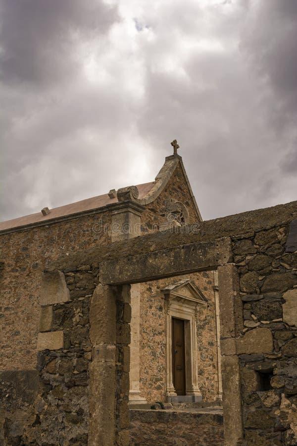 Capilla ortodoxa vieja cerca del monasterio de Toplou en Creta, Grecia imagenes de archivo