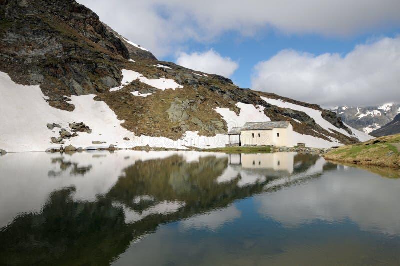 Capilla reflejada en aguas de Schwarzsee imagen de archivo libre de regalías