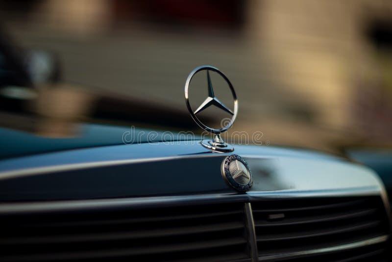 Capilla verde de Mercedes-Benz del viejo vintage raro, insignia, parrilla de radiador en fondo borroso El símbolo de la vida rica foto de archivo libre de regalías