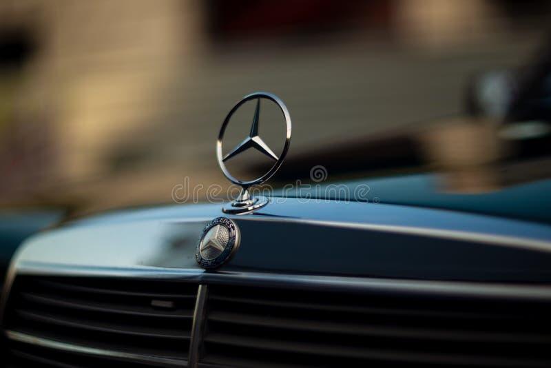 Capilla verde de Mercedes-Benz del viejo vintage raro, insignia, parrilla de radiador en fondo borroso El símbolo de la vida rica imagen de archivo