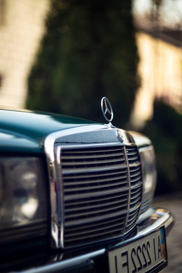 Capilla verde de Mercedes-Benz del viejo vintage raro, insignia, vidrios, linternas, parrilla de radiador en fondo borroso fotografía de archivo libre de regalías