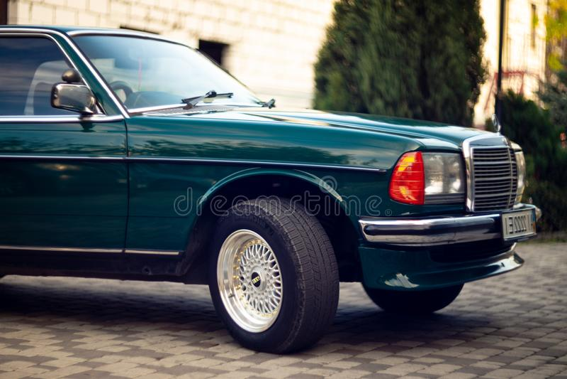 Capilla verde de Mercedes-Benz del viejo vintage raro, ruedas, puerta, parabrisas, espejo, insignia, vidrios, linternas, parrilla imagen de archivo