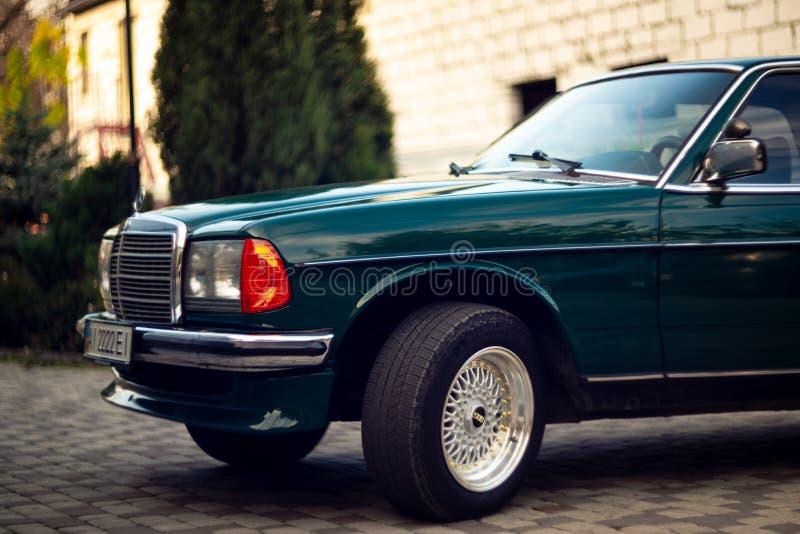 Capilla verde de Mercedes-Benz del viejo vintage raro, ruedas, puerta, parabrisas, espejo, insignia, vidrios, linternas, parrilla imagen de archivo libre de regalías