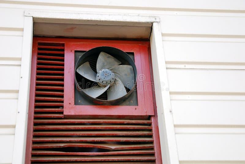 Capilla vieja de la ventilación, fan externa de la unidad de sistema de condicionamiento foto de archivo libre de regalías