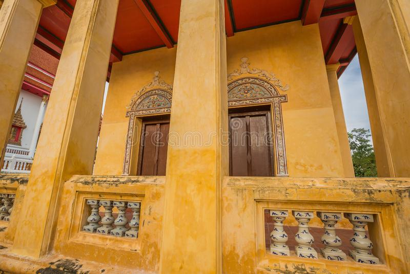 Capilla vieja en estilo chino del templo tailandés, Wat Bang Pla - Samut Sakhon, Tailandia imagen de archivo