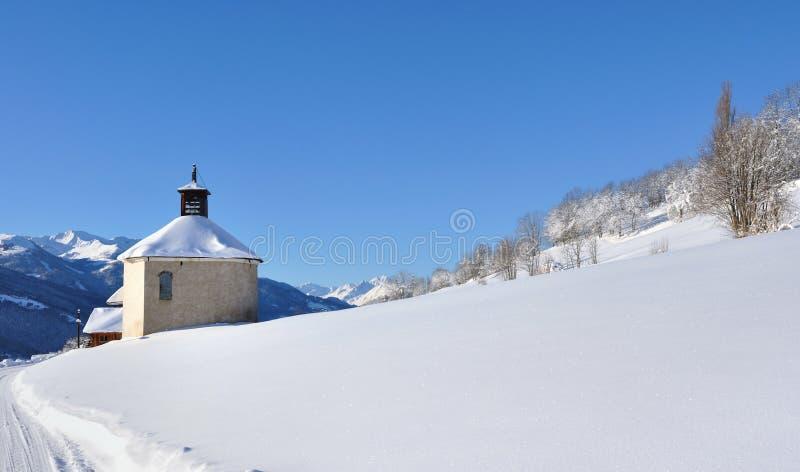Capilla y colina nevosa imagenes de archivo