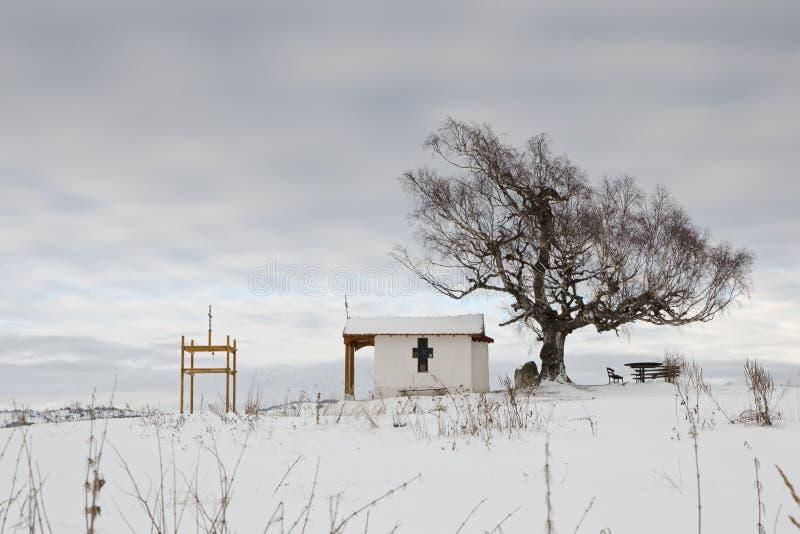 Capilla y el árbol imágenes de archivo libres de regalías