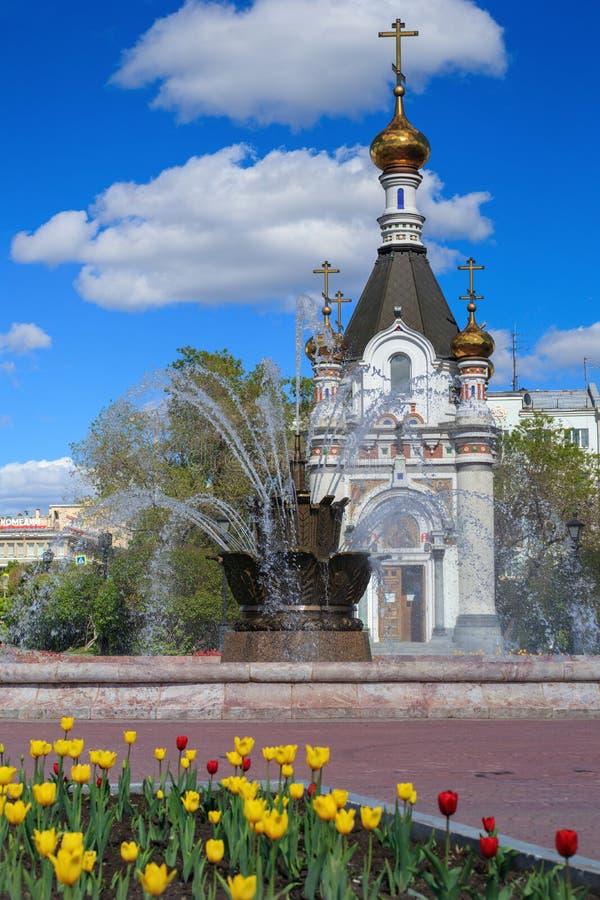Capilla y fuente ortodoxas en Ekaterimburgo fotos de archivo
