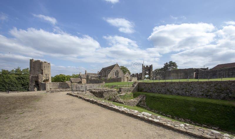 Capilla y puerta de la torre del castillo de Farleigh Hungerford imagenes de archivo