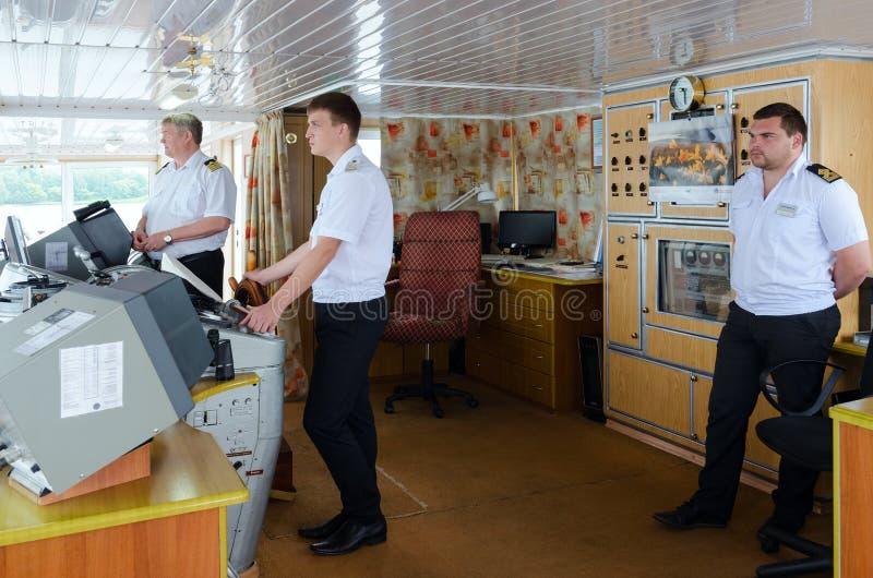 Capitán de la nave Alexander Benois y de compañeros en la cabina del capitán foto de archivo