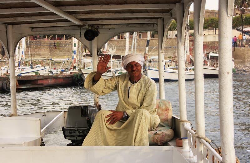 Capitán egipcio que conduce su barco en el río Nilo, Luxor fotos de archivo libres de regalías