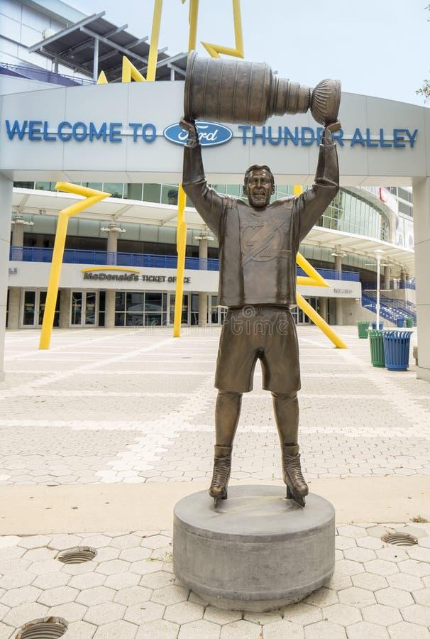 Capitán Raising Stanley Cup Statue del Tampa Bay Lightning foto de archivo libre de regalías