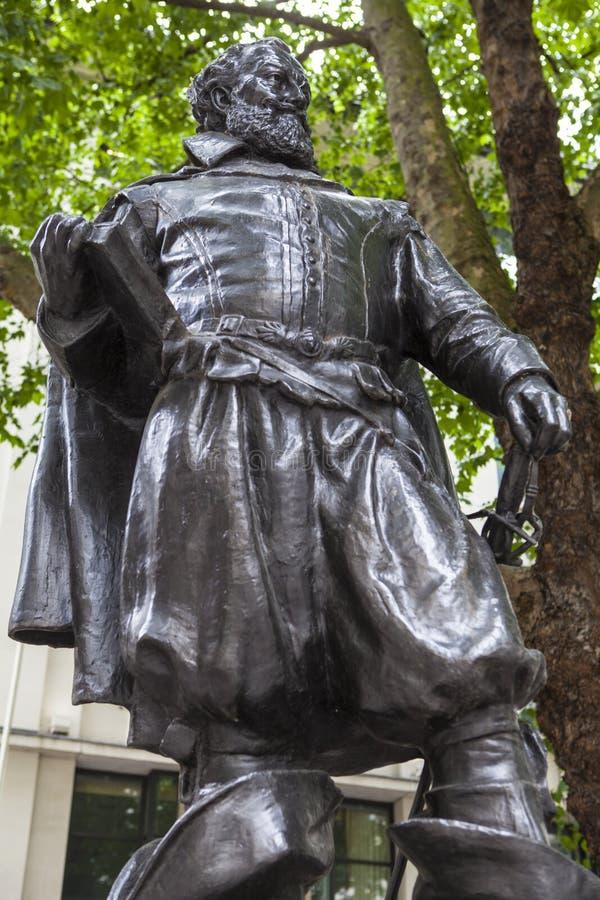 Capitão John Smith Statue em Londres imagens de stock royalty free