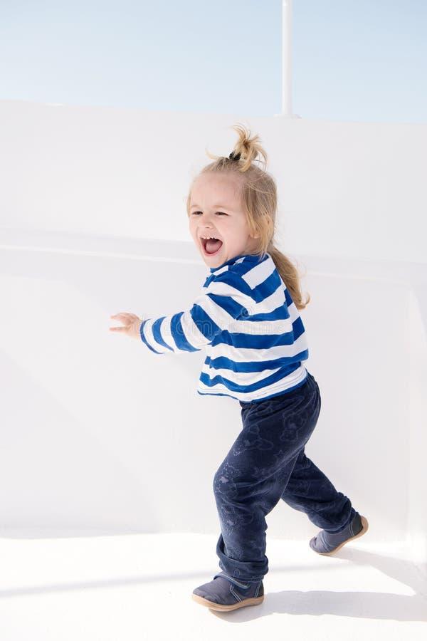 Capitão pequeno feliz do bebê no barco, forma náutica da criança imagem de stock