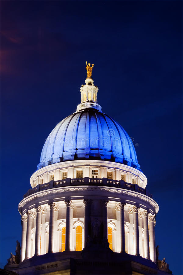 Capitólio de Wisconsin no azul fotografia de stock
