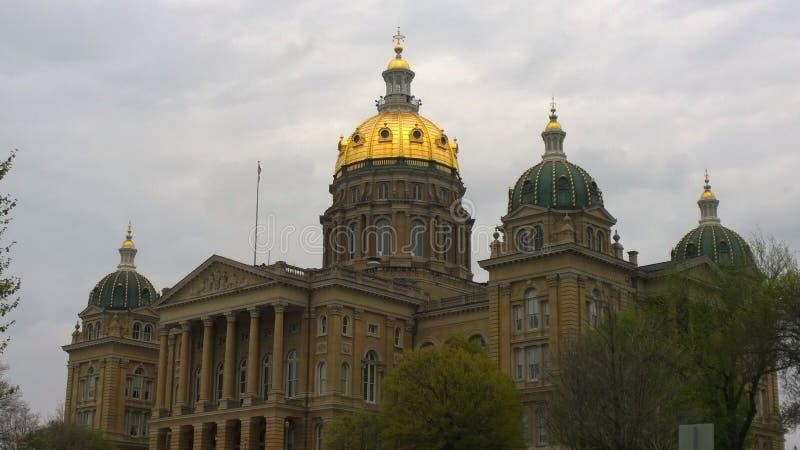 Capitólio do estado de Iowa nublado imagens de stock