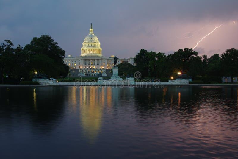 Capitólio do Estados Unidos na noite - Estados Unidos da América do Washington DC fotos de stock