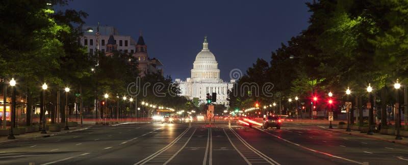 Capitólio dos E.U. e avenida da constituição no Washington DC na noite imagem de stock royalty free