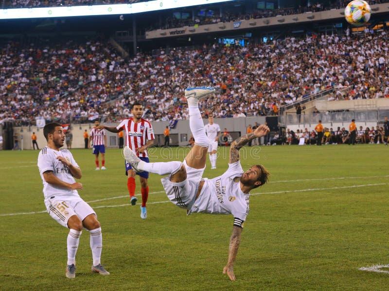 Capitaine et arrière central Sergio Ramos du Real Madrid #4 exécutant un coup-de-pied de bicyclette pendant le match internationa image libre de droits