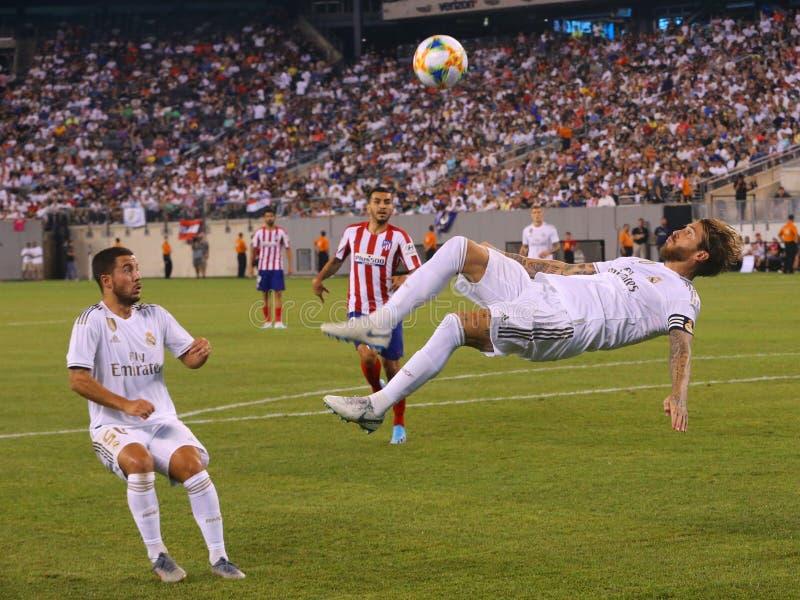 Capitaine et arrière central Sergio Ramos du Real Madrid #4 exécutant un coup-de-pied de bicyclette pendant le match internationa photographie stock libre de droits