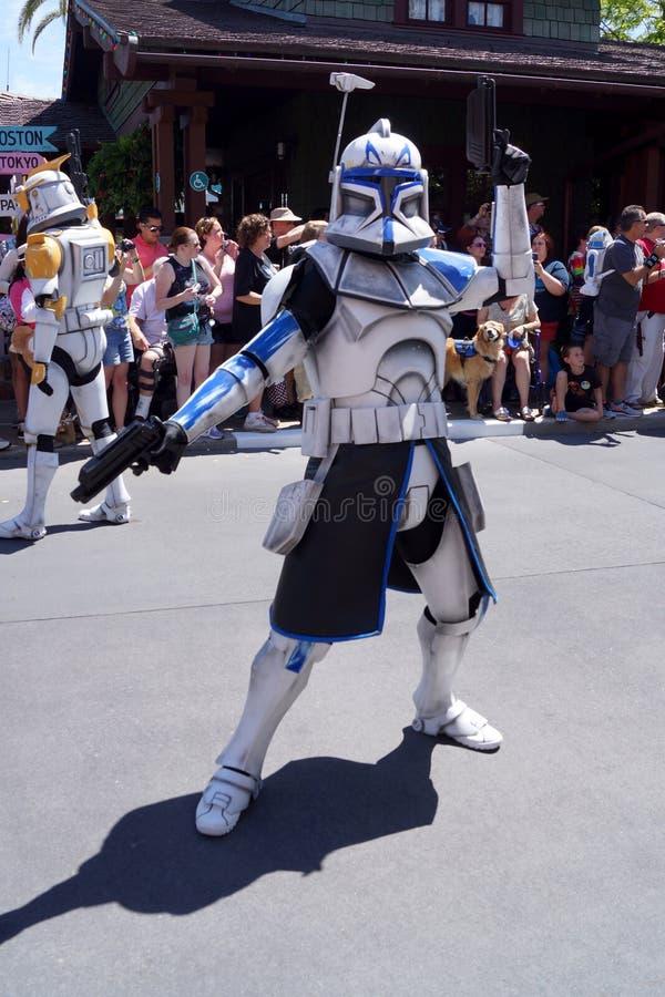 Capitaine Rex aux week-ends de Star Wars au monde de Disney images libres de droits