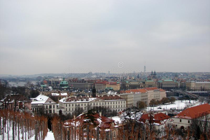 Capital de los tipos de la República Checa de Praga de templos mundialmente famosos en el panorama de la ciudad antes de la Navid fotos de archivo libres de regalías