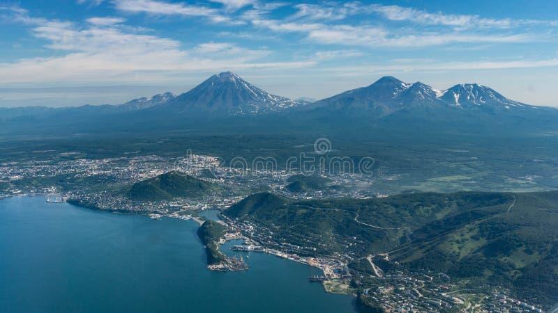 Capital de Petropavlovsk-kamchatsky de Kamchatka antes de aterrar fotos de stock royalty free