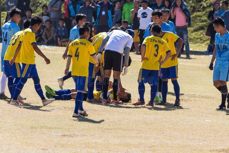 Capital de Vientián, Laos - 25 de noviembre de 2017: Futbolista herido en la echada durante el partido de la celebración i del Añ imagenes de archivo