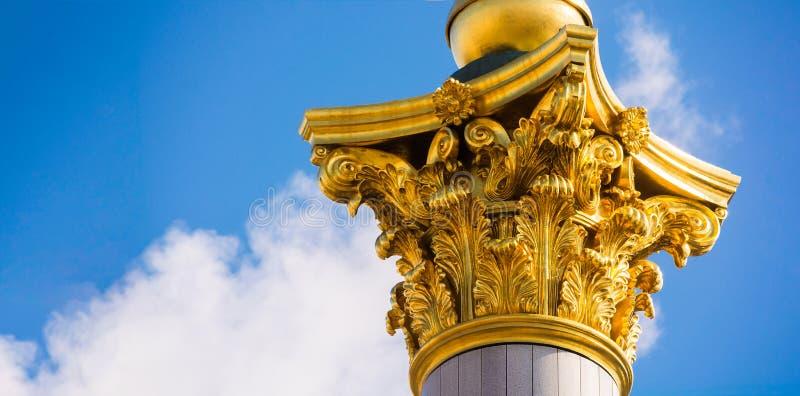 Capital do ouro na parte superior da coluna Elemento arquitetónico bonito Ordem de Corinthian A parte superior da coluna contra imagem de stock royalty free