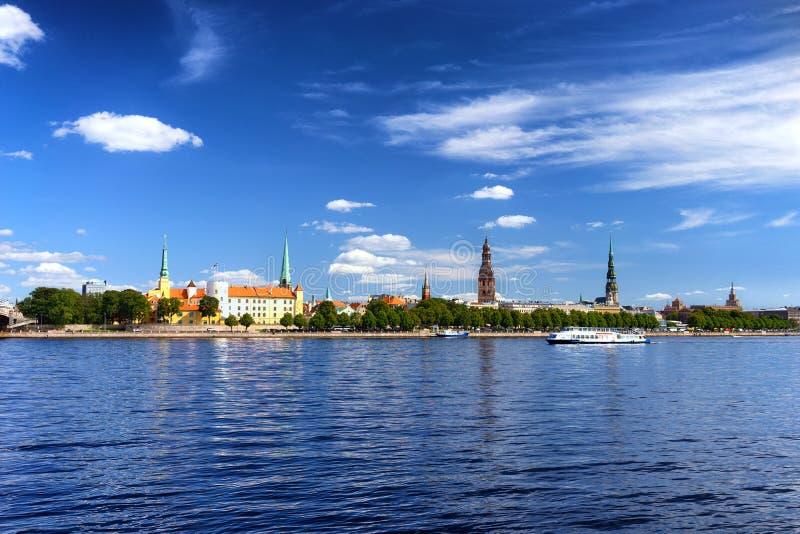 Capital do panorama de Letónia de Riga no verão fotografia de stock